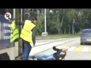 В Нижнем Тагиле из трамвая на проезжую часть водитель выкинула дебошира- Подпишитесь на нас -newfunvideos