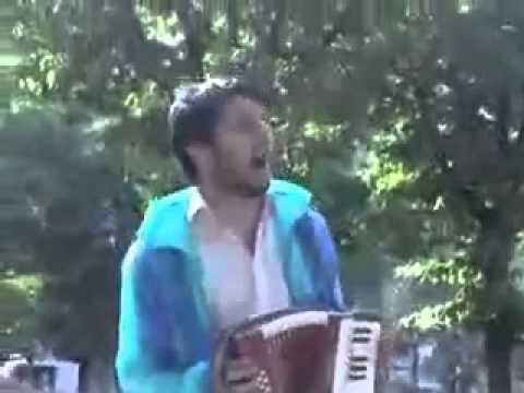 Un chanteur ambulant se fait fracasser a marseille