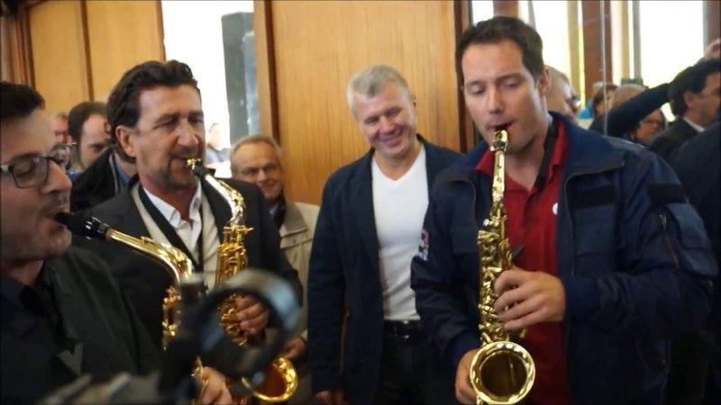 Thomas Pesquet joue au saxophone Happy Birthday pour Oleg Novitsky