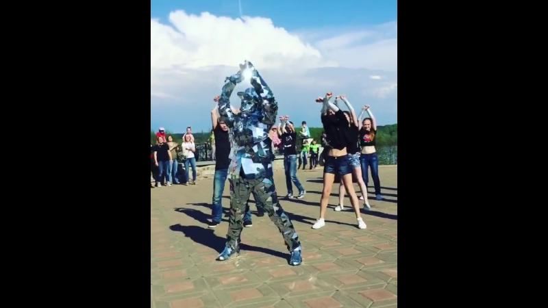 Зеркальный человек в Александровском саду. г. Киров