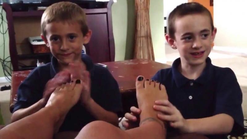 Girl Owns 2 Boy Slaves and Made them Massage her Feet » Freewka.com - Смотреть онлайн в хорощем качестве