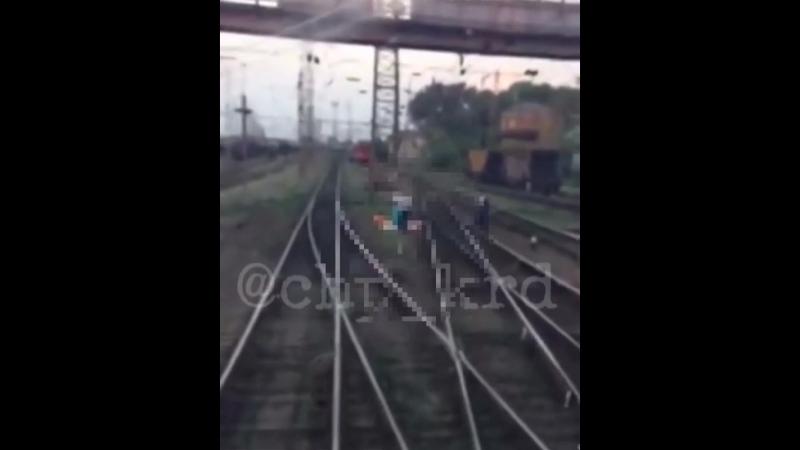 Видео пенсионерка сорвалась с железнодорожного моста на пути в Тихорецке