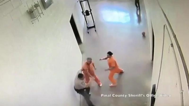 Заключенные напали на охранника в тюрьме США
