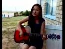 Devuwka klassno poet pod gitaru