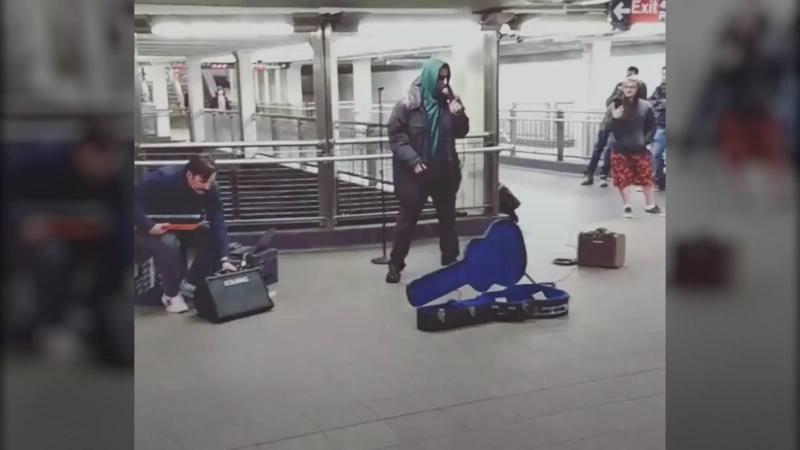 Адам Сэндлер спел странные песни в нью йоркском метро