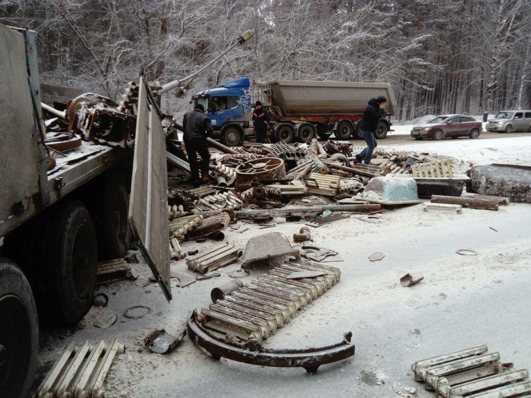 Груженный металлоломом МАЗ протаранил столб изаблокировал движение наБердском шоссе