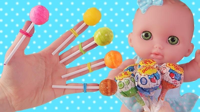 Пупсики Baby Doll Поют Finger Family песенку про разноцветные чупа чупсы. Играем в Куклы. Зырики ТВ