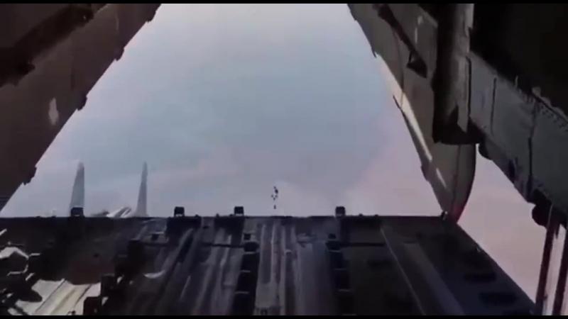 Мастерство русского пилота Су-30СМ в Сирии . Сопровождая ИЛ 76 «заглянул внутрь» транспортника Ил-76 при сбросе груза . Эксклюзи