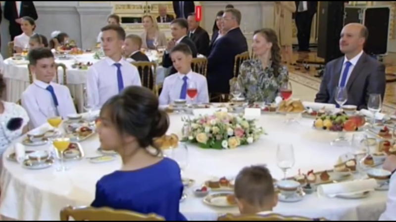 Напугали сладкого. Путин дважды прервал свою речь из-за плача младенца