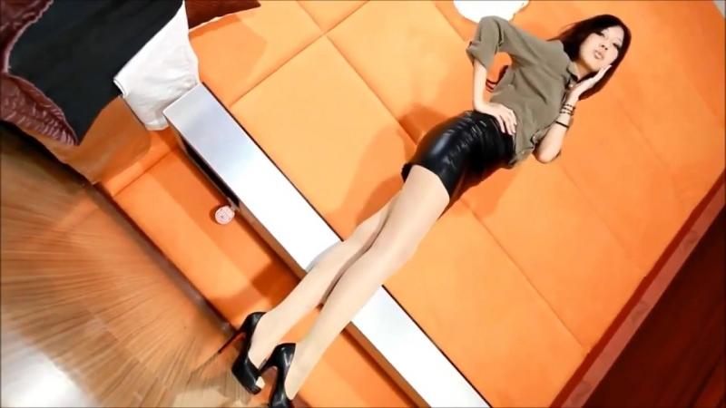 Горячая секретарша в кожаной миниюбке
