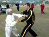 Бабушка практикующая Тайцзицюань против бойца Вин Чун.