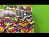 Строим крепость из больших кубиков LEGO