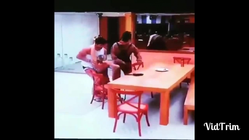 BBB18 Jéssica defeca na frente de Lucas e no meio da cozinha