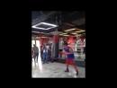 Мэнни Пакьяо исполняет фишку Василия Ломаченко на боксёрском мешке во время своего тренировочного лагеря