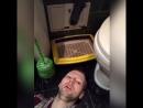 Кирилл Терёшин охлаждает голову в туалете [Нетипичная Махачкала]