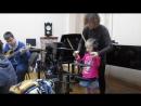 Вику учат играть на барабанах