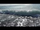 Волны стирают следы на песке