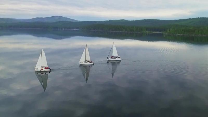Прогулка под парусом яхты на озере Тургояк