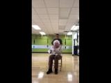 Бабушка занимается фитнесом