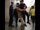 Хулиган обнял полицейского в московском метро и пытался похитить