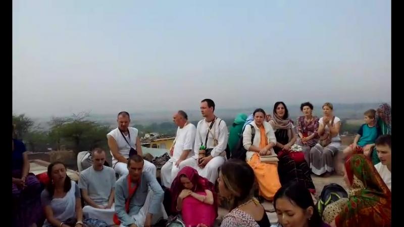 Яват. Киртан на крыше, где Радхарани выглядывала Кришны