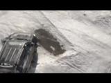 Пьяный мужик на Land Cruiser таранит RAV4 своей жены (6 sec)