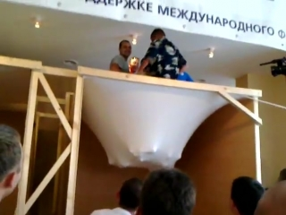 Натяжной потолок держит огромный вес