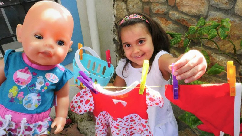 Oyuncak bebek Emilynin elbisesini yıkayalım | Maşanın oyuncakları
