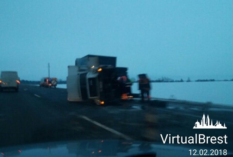 На трассе М1 перевернулся грузовик - лопнуло колесо