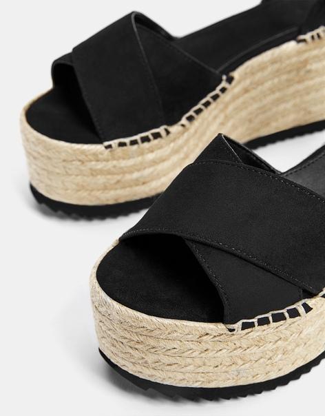 Черные сандалии на джутовой платформе