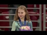 Победительница молодежного чемпионата мира Саша Трусова поет на пьедестале гимн России