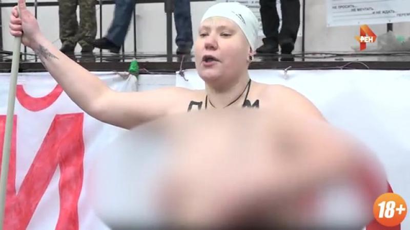 Пышнотелая активистка Femen с веслом разделась и устроила дебош у палаточного лагеря в Киеве.