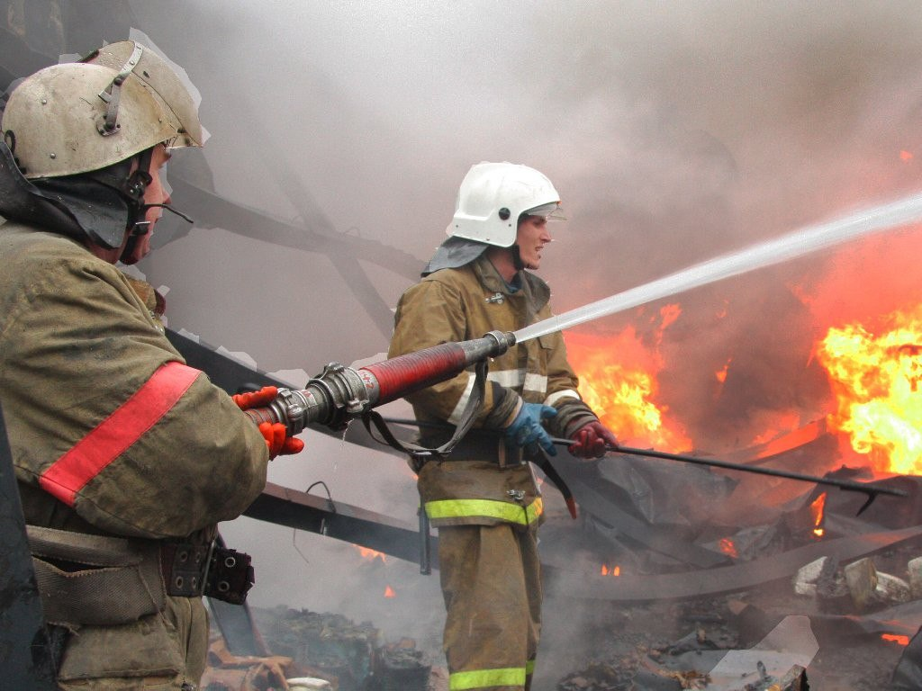 В Архызе загорелась хозяйственная постройка