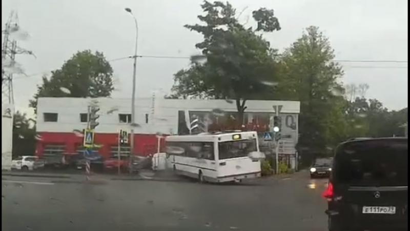 Пассажирский автобус снес забор и врезался в припаркованные авто в Калининграде
