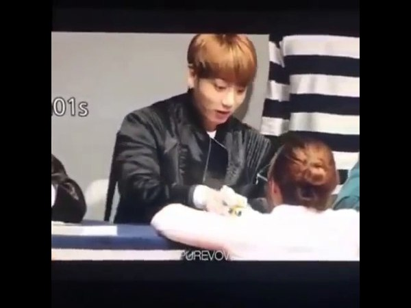 Jungkook's Reaction When a Fan Gave him Food! (SO CUTE) кфк