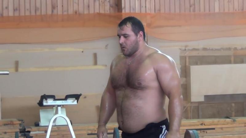 Тяжеловес Руслан из Владикавказа поднимает штангу