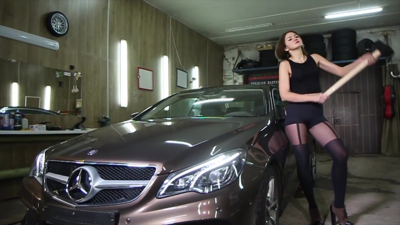 Девушка бьет Mercedes кувалдой