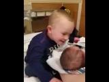 Мальчик и маленький братик