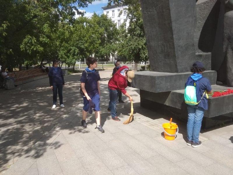 Участники «Московской смены» из Савеловского облагородили территорию у памятника Зорге