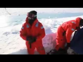 2015: Американская  субмарина застряла в ледяной толще и тут же примёрзла к поверхности.