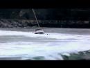 Яхта в шторм пытается зайти в порт
