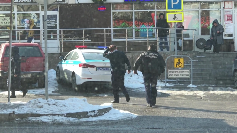 сотрудники полиции перебегают дорогу в неположенном месте