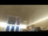 Белый глянцевый натяжной потолок с диодной лентой холодный свет по периметру