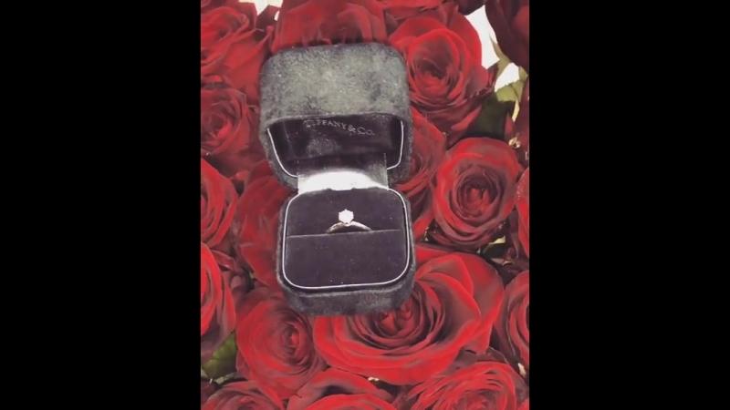 Да да да я невеста лучшего в мире мужчины❤️ П С парни расходимся😂