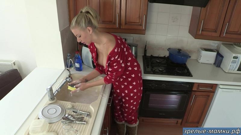 Мама моет посуду в сексуальной пижаме с большими сиськами наружу