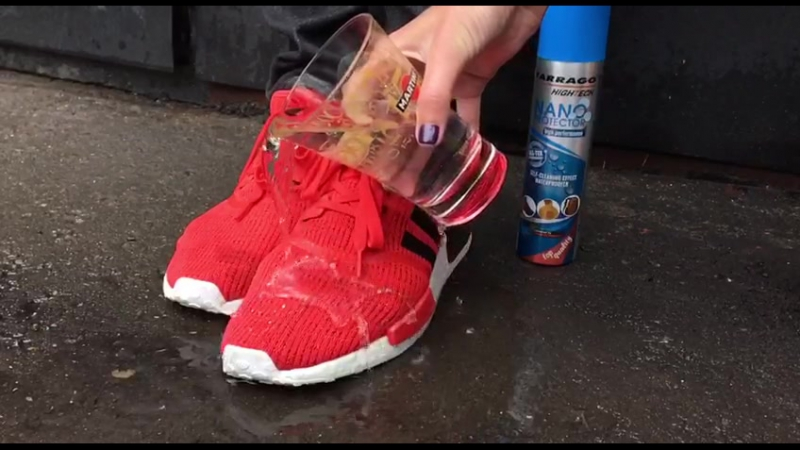 Нано-пропитка Tarrago защищает кроссовки от промокания.