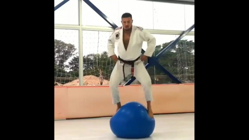 упражнения с резиновым мячом.mp4