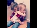 Братик усыпляет сестричку это так мило Обожаю детей Ставим класс детишкам