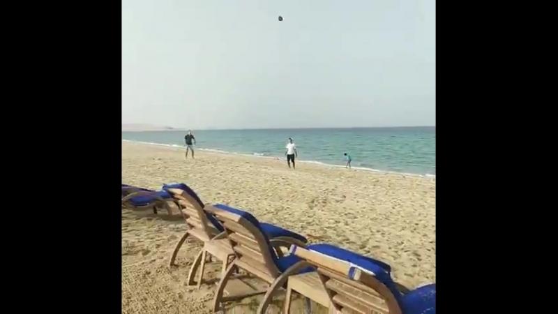 Брэди тренируется на кикера в Катаре