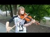 Люба Мироненко играет на скрипке